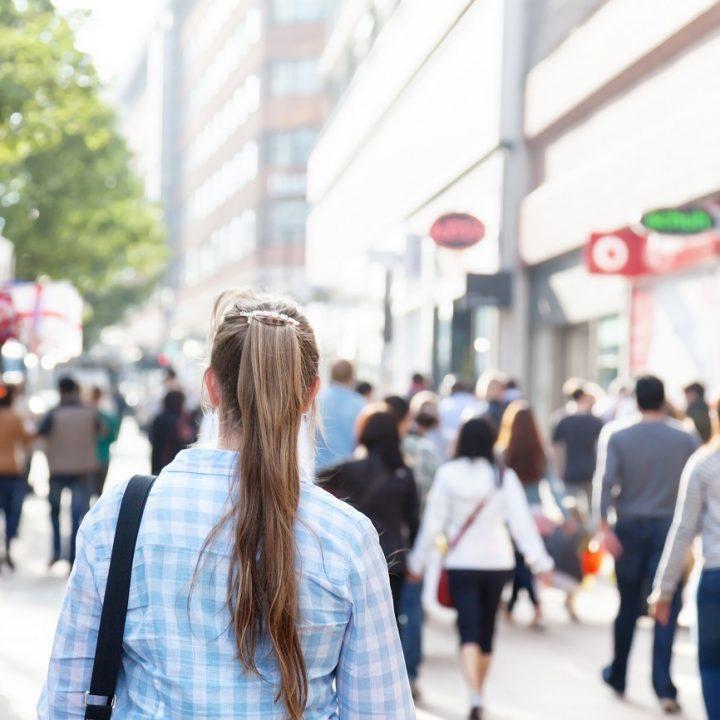 ludzie na ulicy idą do pracy